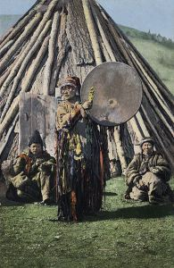 Russian postcard based on a photo taken in 1908 by S.I. Borisov, showing a female shaman, of probable Khakas ethnicity.[17] By Sergei Ivanovich Borislov (1867-1931). Public domain image courtesy of Wikimedia.